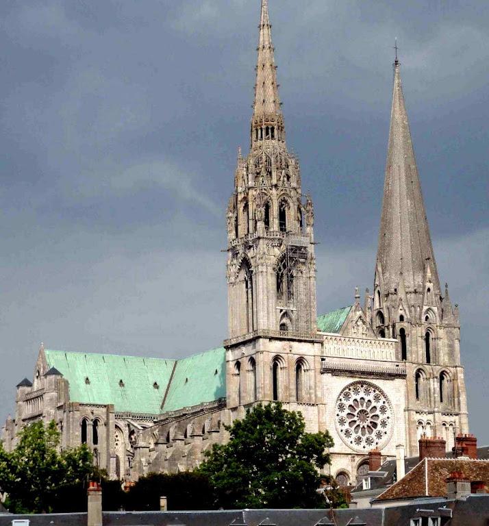 Chartres restaurada identica ao modelo queimado.