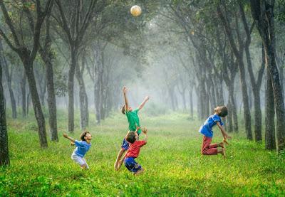 Kinder spielen Fußball - Erwachsen werden
