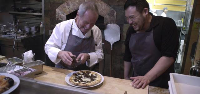 David chang viendo como al  chef  Gary Bimonte preparar una pizza
