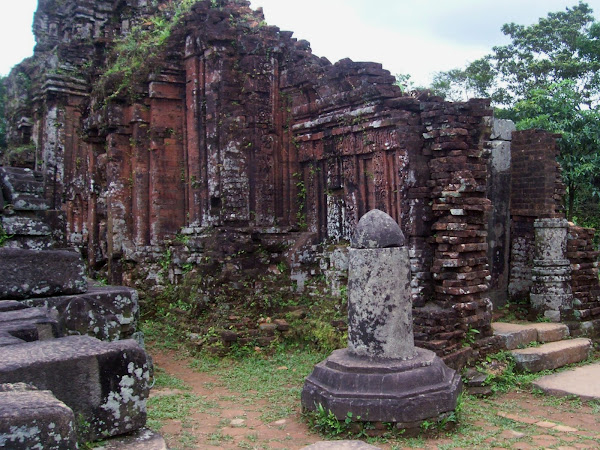 Piedra Lingam junto a templo de My Son