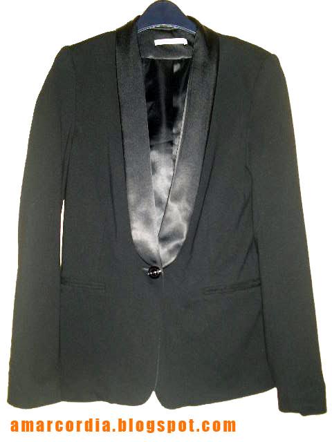 21711e90e7 A szmoking, ami eredetileg férfiaknak szánt elegáns viselet, Angliából  származik, ahol 1880 körüli években jött divatba. A női változat a 1920-as  években ...
