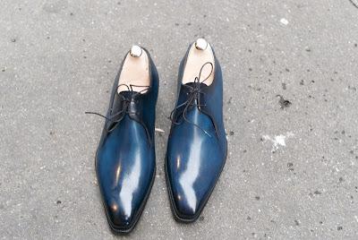 c875a2160d3 Ett par 2-eylet derbys som inte så lite påminner om franska kollegan  Corthays signaturmodell, särskilt i detta blåa utförande.