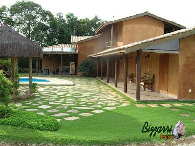Pisadeira de pedra com pedra São Tomé tipo de pedra cacão em volta da piscina e em volta da construção da casa rústica em Atibaia-SP.