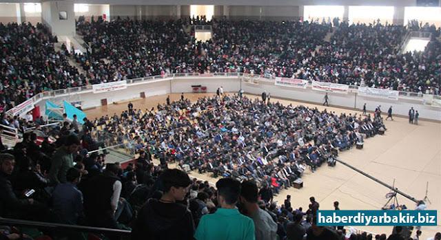 DİYARBAKIR-Yetim, Öksüz ve Mağdurlar ile Yardımlaşma Dayanışma Derneği (Yetim-Der), geliri yetimlere bağışlanacak olan bir konser düzenledi. Seyrantepe Kapalı Spor Salonunda düzenlenen etkinliği katılan binlerce kişi salonun hınca hınç doldurdu.