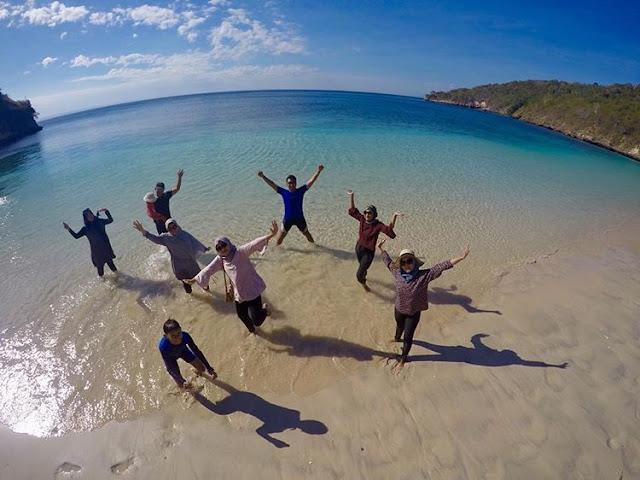 Berfoto bersama di Pantai Semangkok Lombok Timur, sumber ig @alanatour.id