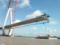 Fase de construccion del puente de Can Tho sobre el rio