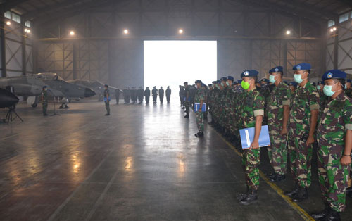 SIAP : Pangkalan TNI AU Supadio menyiapkan satu pleton pasukan yang disiagakan mengantisipasi mulai maraknya terjadi kebakaran hutan dan lahan di provinsi Kalimantan Barat khususnya di wilayah kabupaten Kuburaya, Jumat (162}. Foto Kapentak Danlanud Supadio