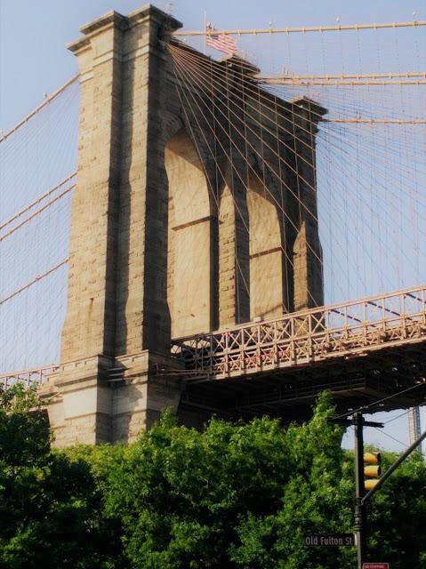 Uma-miúda-em-Nova-Iorque-armazém-de-ideias-ilimitada-brooklyn-bridge-from-brooklyn