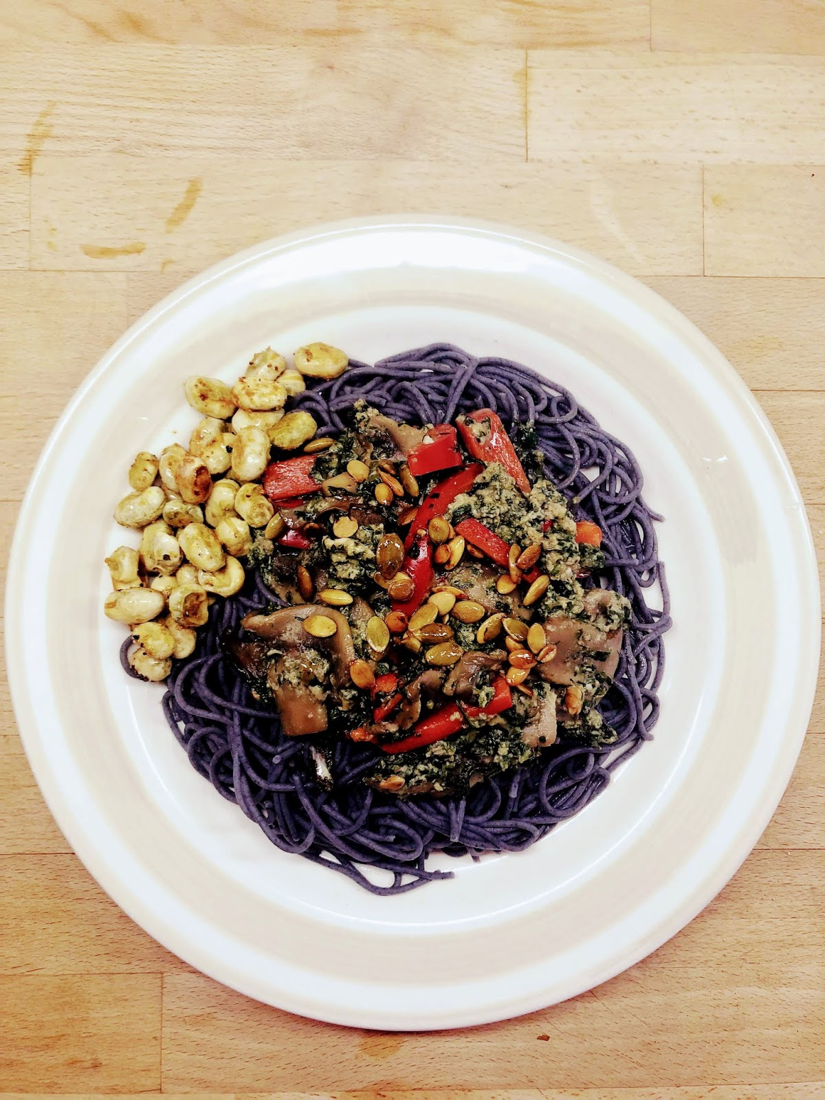 Spaghetti vegetariani z makaronem z czarnej fasoli oraz sosem warzywnym.
