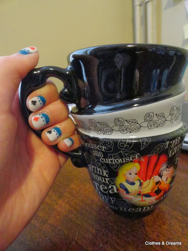 Clothes & Dreams: NOTD: Tea time with Alice: tea cup and nail art Alice in Wonderland