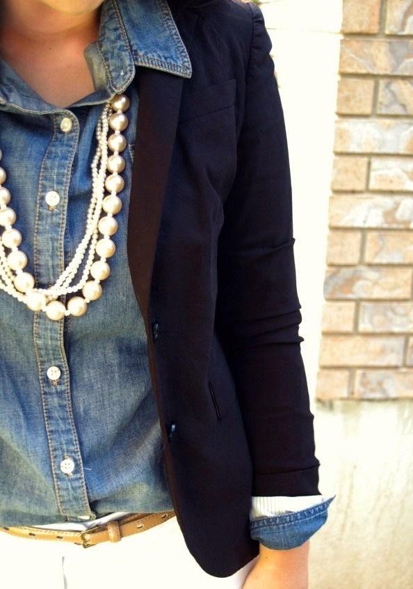 Camisa de ganga e blazer azul escuro