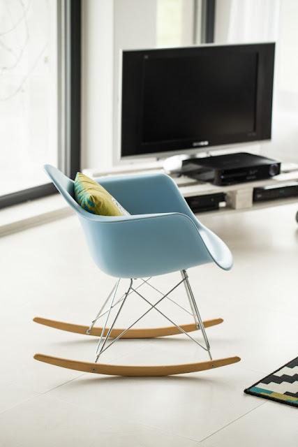 дизайнерский голубой стул