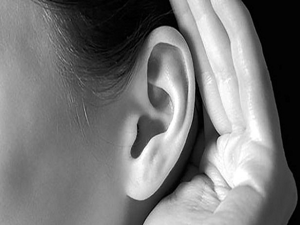 Bersihkan telinga tersumbat dengan alat suntik spuit