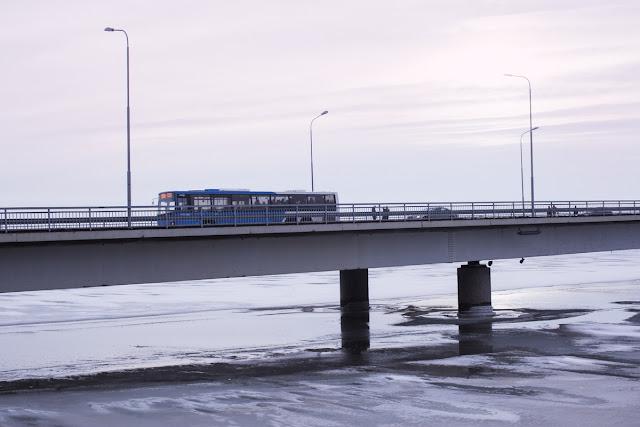 Kuvituskuva. Bussi sillalla.