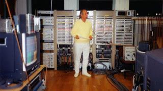 Karlheinz Stockhausen di WDR Electronic Music Studio pada tahun 1991.