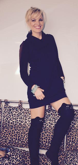 outfit da casa outfit nero cosa fare per rilassarsi calze parigine forma gatto come abbinare le calze parigine a forma di gatto mariafelicia magno fashion blogger web influencer italiane ragazze bionde vestito nero fashion blogger italiane blog di moda