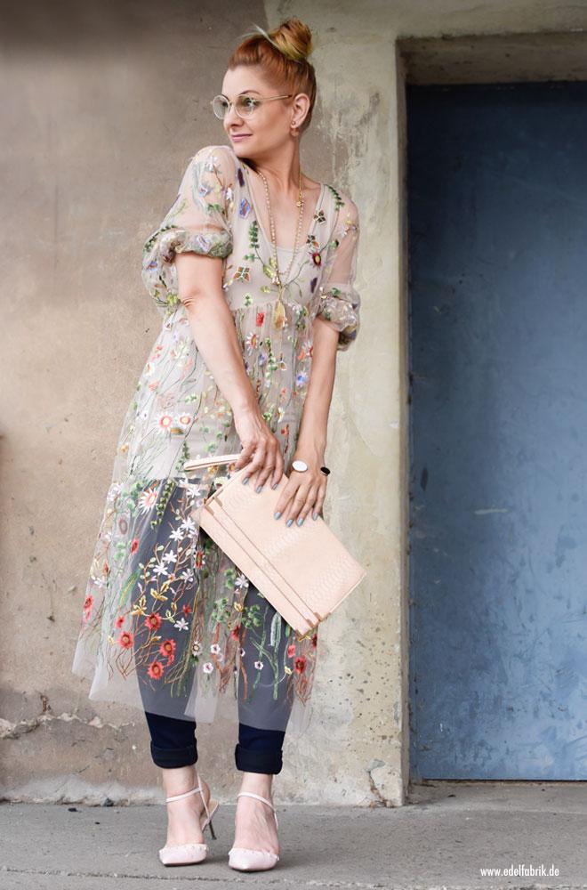Kleid aus durchsichtigem Stoff