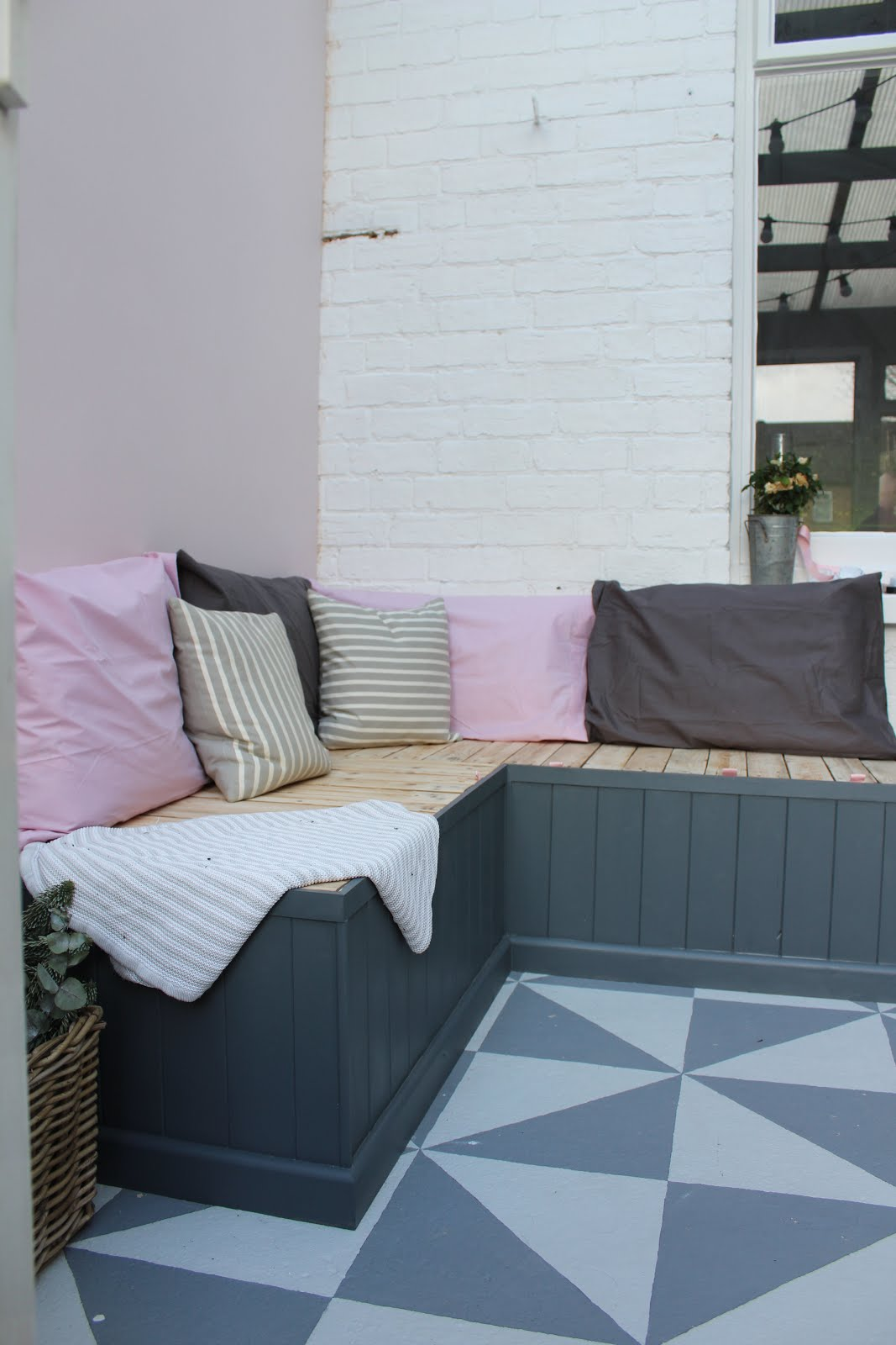 DIY pallet seating for conservatory