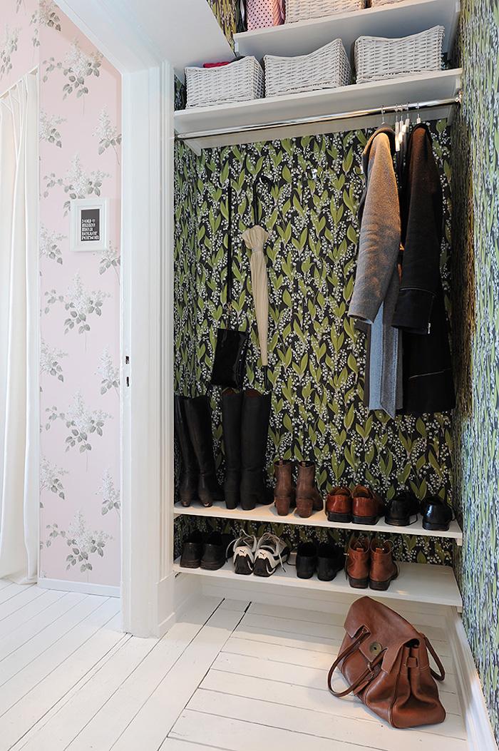 Detalle del hall con vestidor y zapatero