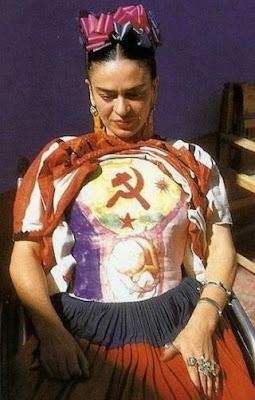 Frida Kahlo com colete de gesso