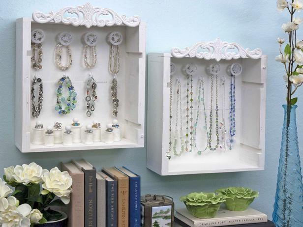 Gavetas, enfeites de resina, puxadores diferentes e ganchos Ideias para organizar bijuterias