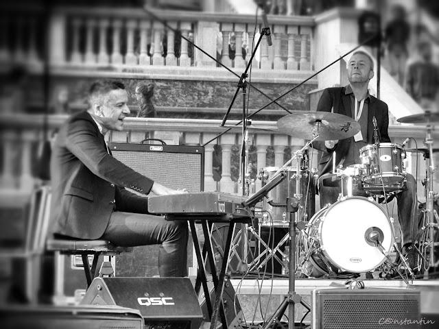 """Palas Iaşi  - Cei doi muzicieni """"trãiesc"""" melodia pe care o cântã - blog FOTO-IDEEA"""