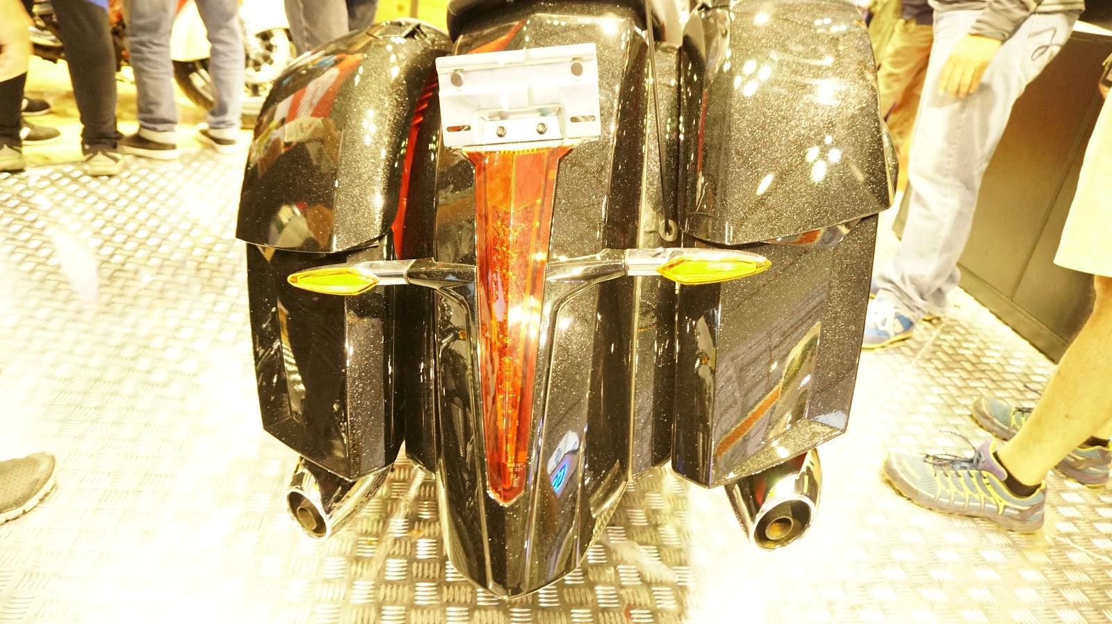 Bánh sau 1 phanh đĩa kèm ABS, hai ống xả tinh tế, trên đó là hai cốp xe chở được rất nhiều đồ