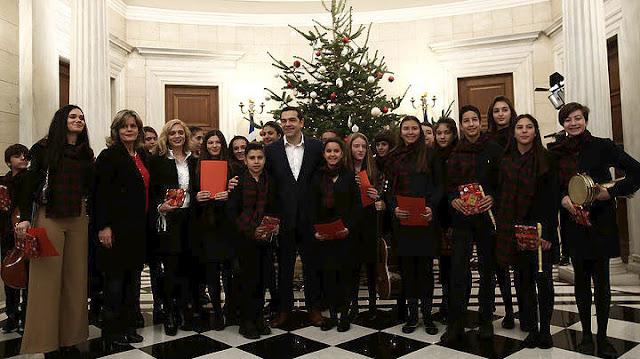 Μαθητές είπαν τα κάλαντα της Χίου στον πρωθυπουργό (βίντεο)