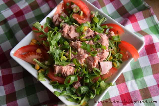 Sałatka z tuńczykiem, rukolą, pomidorem i kukurydzą