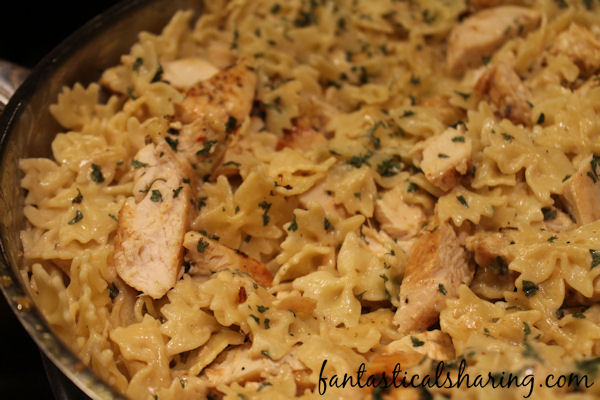 Bowtie Chicken Alfredo // A fantastically simple, yet delicious alfredo pasta recipe that can be made in a pinch (with a splash of wine)! #recipe #wine #pasta #alfredo