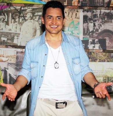 Foto de Jorge Celedón con los brazos extendidos