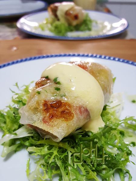 Receta de merluza con pisto en rollitos de pasta de arroz