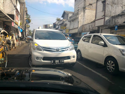 Foto kendaraan yang Memotong antrian dapat menyebabkan kemacetan menjadi terkunci.
