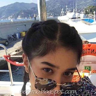 Foto Cantik Mikha Tambayong pakai kacamata dihidung
