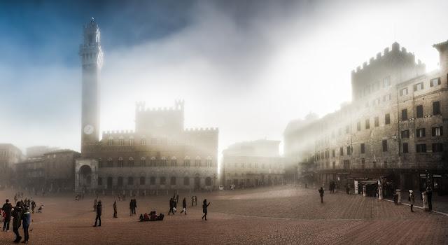 Palazzo Pubblico en la Piazza del Campo (Siena) en la niebla, por la mañana :: Panorámica 8 x Canon EOS5D MkIII | ISO200 | Canon 24-105@24mm | f/4.5 | 1/30s