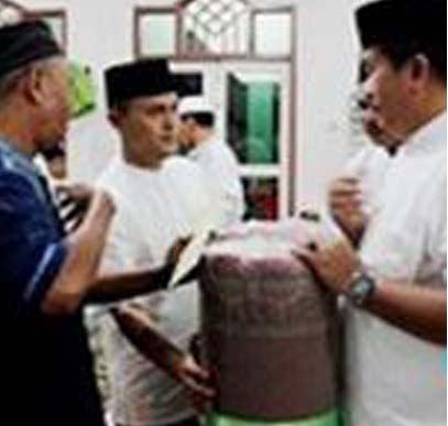 Tim Safari Ramadan Pemkab Asahan memberikan bantuan kepada pengurus massjid Diniyah.