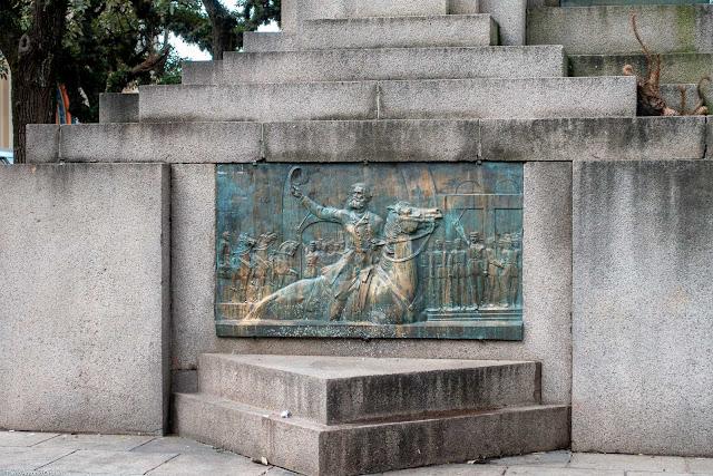 Monumento à República. Placa em bronze com Marechal Deodoro da Fonseca a cavalo