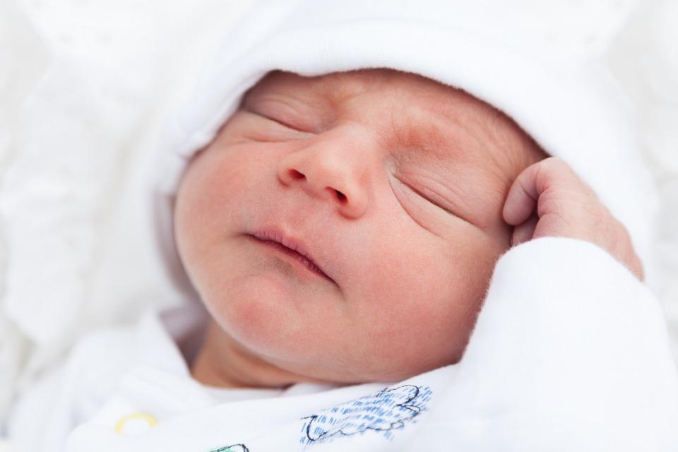 newborn-baby-bebê-recem-nascido-saude-seguro-segurança-vida-sapinho-sarampo-brotoeja-maternidade-filhos-família-maternidade-salario-maternidade-criança