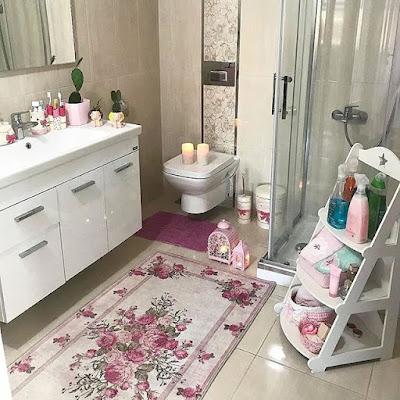 desain kamar mandi kecil warna pink
