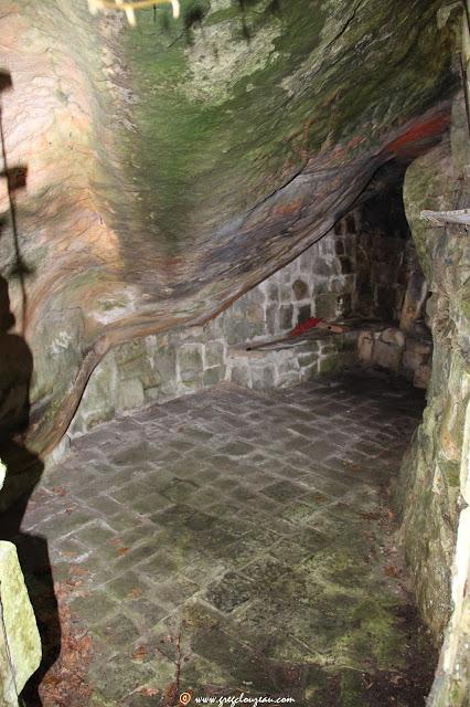 Bivouac vert, abris aménagé sous roche, Trois Pignons.