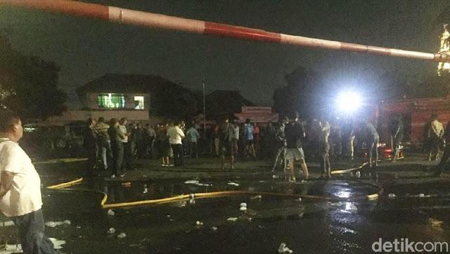 Massa Penyerang Mapolsek Ciracas Larang Warga Mendekat, yang Nekat Merekam Ditampar