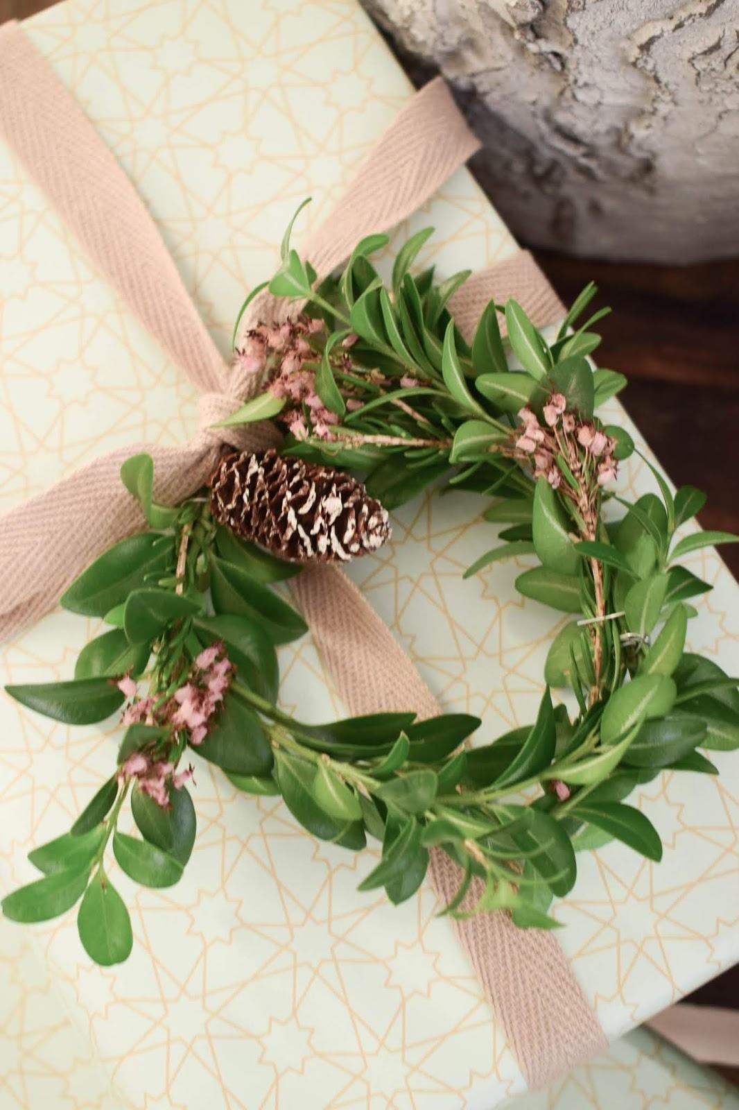 Geschenkverpackung Idee arsEdition Geschenkpapier Buchskranz eukalyptus Zapfen Dekoidee schön verpacken für Weihnachten Weihnachtsgeschenk DIY Zapfenkette