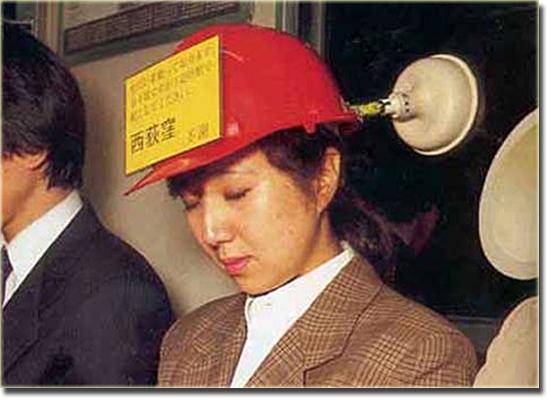 Invenções Bizarras - Capacete de Dormir no trem