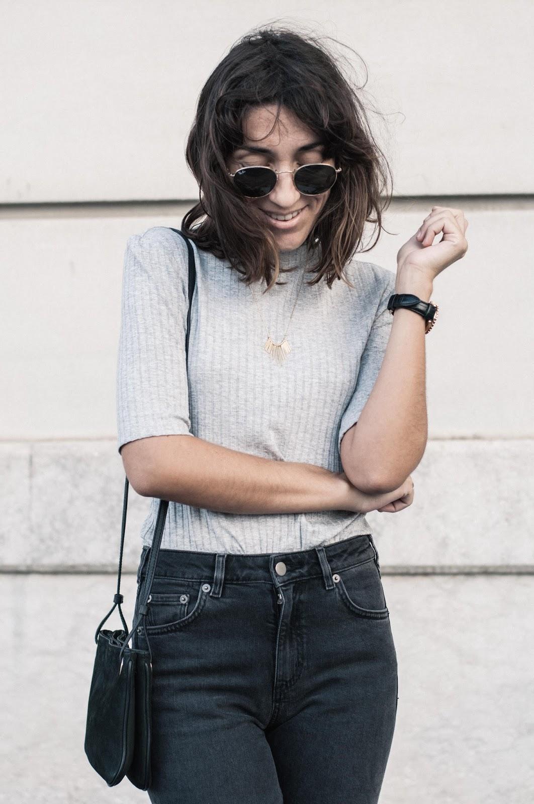 Gabardina Topshop, pantalones y camiseta & other stories, zapatos Uterque, collar Dlirio