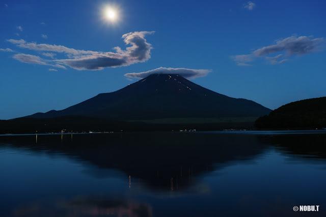 夜明けの月と富士山~山中湖