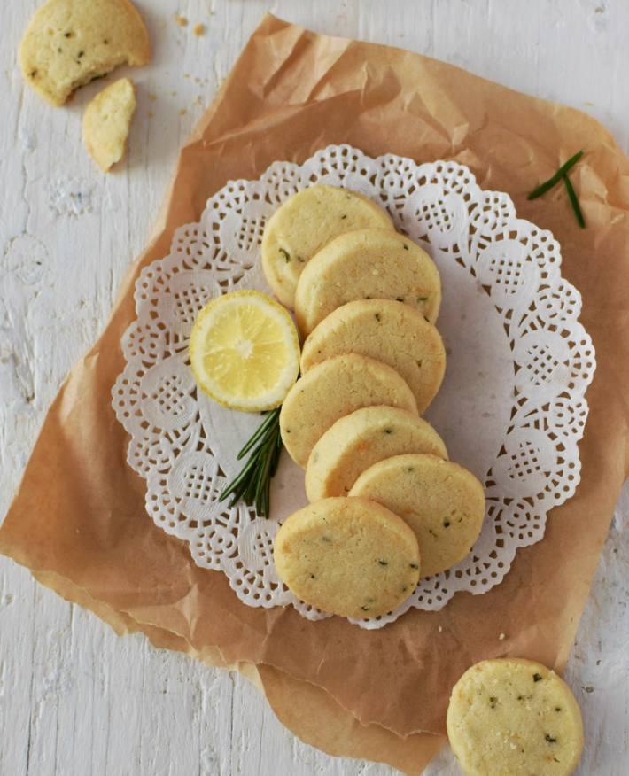 Galletas de romero y limón presentadas sobre una superficie