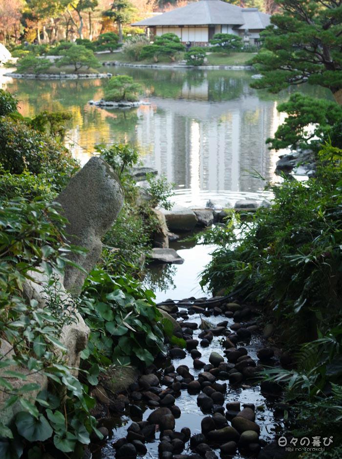 Torrent et pavillon de thé, jardin shukkei-en, Hiroshima-shi