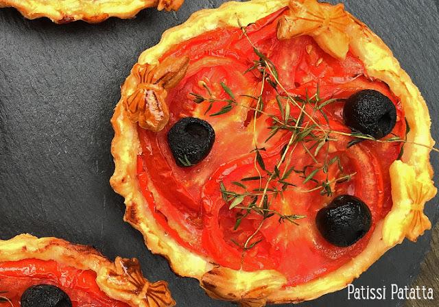 recette de tarte à la tomate et amandes, recette de tartelettes aux tomates, la meilleur tarte à la tomate, tomates, amandes, ricotta, thym, olives noires, tarte salée, délicieuse tarte, tartes individuelles aux tomates et amandes