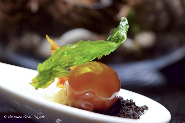 Tomate 3 texturas y tierra de aceituna negra - Restaurante Andra Mari por El Guisante Verde Project