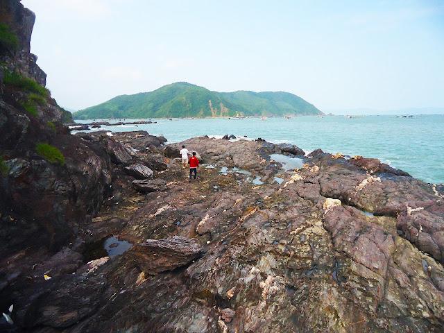 Bãi đá bị phong hóa trên đảo Nhất Tự Sơn